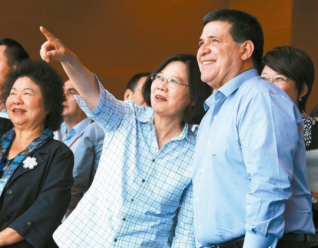 圖為蔡英文總統(中)7月伴隨巴拉圭總統卡提斯(右)南下高雄參訪港灣扶植,二人神氣...