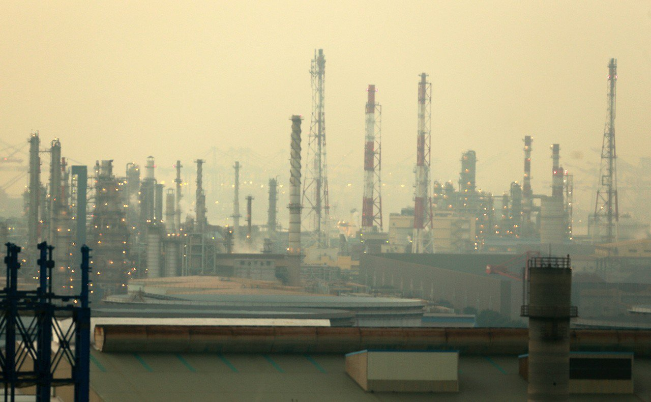 南部空汙拉警報,高雄小港地區有包括中鋼、中油等許多工廠會讓情況更嚴重,市府已要求...