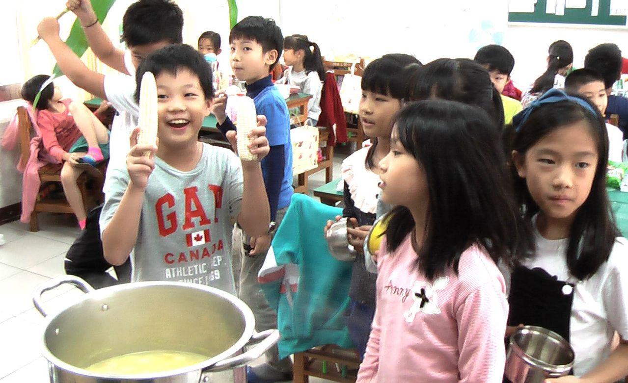 新上國小三年級星空家族學童,開心享用自己栽種玉米煮成的玉米濃湯。 記者徐如宜/攝...