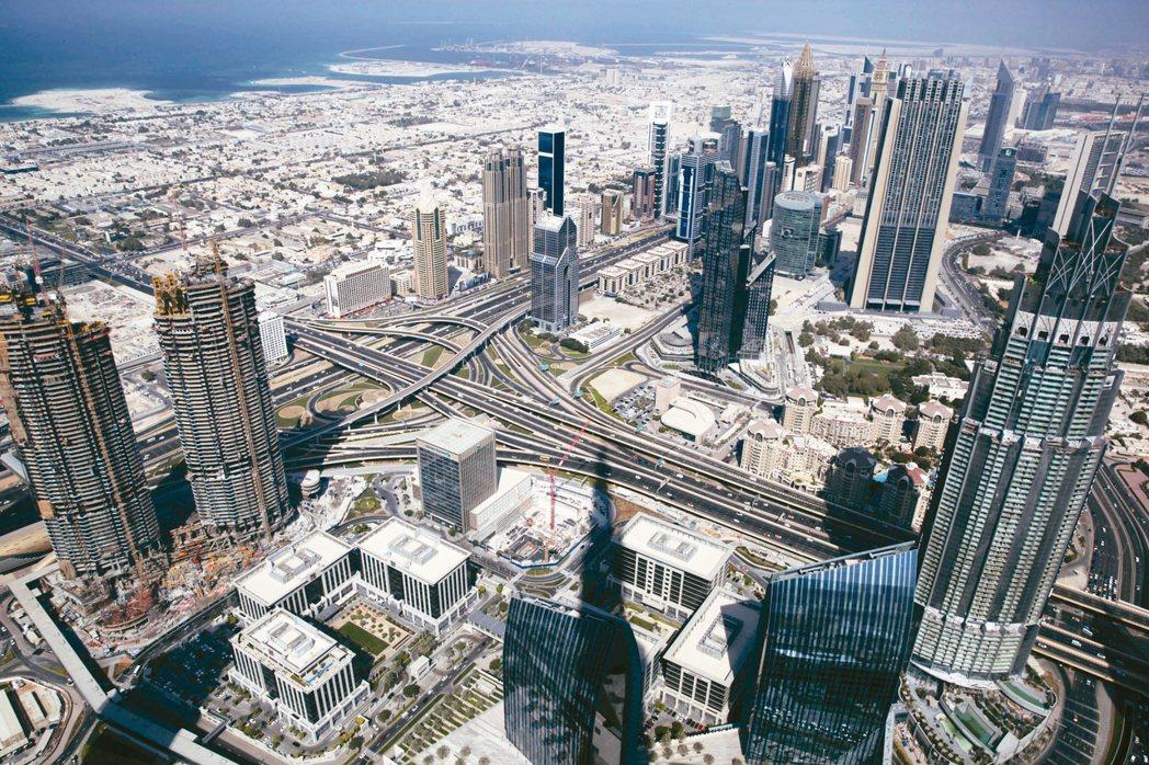 杜拜常與奢華生活劃上等號,隨著當地整體房價持續下滑,投資客開始尋求從較低價的庫存...