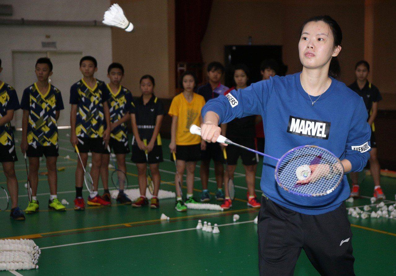 2012倫敦奧運羽球女單金牌選手、中國名將李雪芮(前),這兩天在北市大同高中指導...