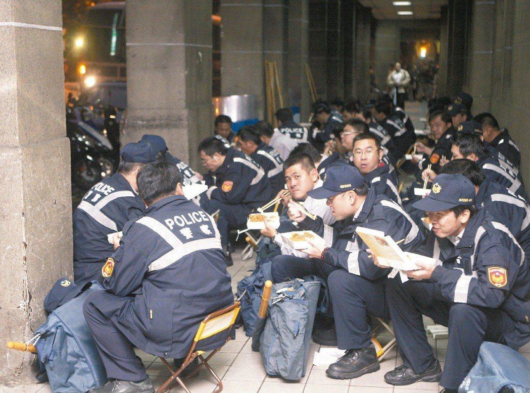 中正一分局常面臨大規模群眾運動,分局員警可說是吃便當專業戶。 圖/報系資料照片