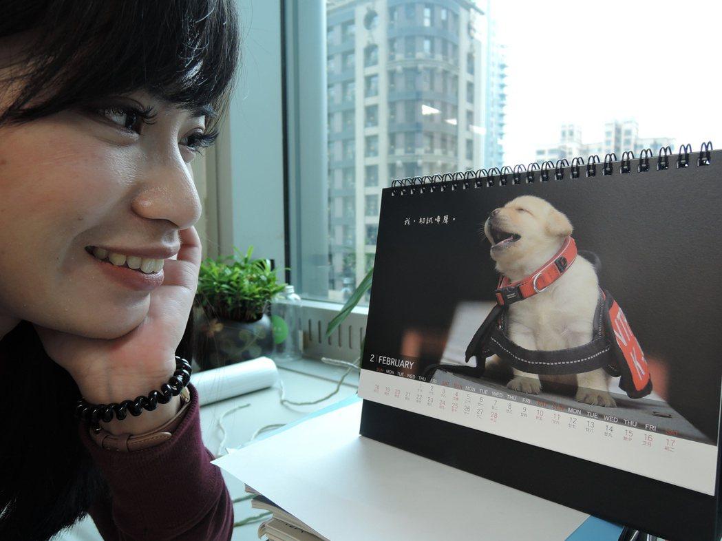 新北市新聞局、警察局與惠光導盲犬基金會合作推出的「2018警犬x導盲犬桌曆」,小...