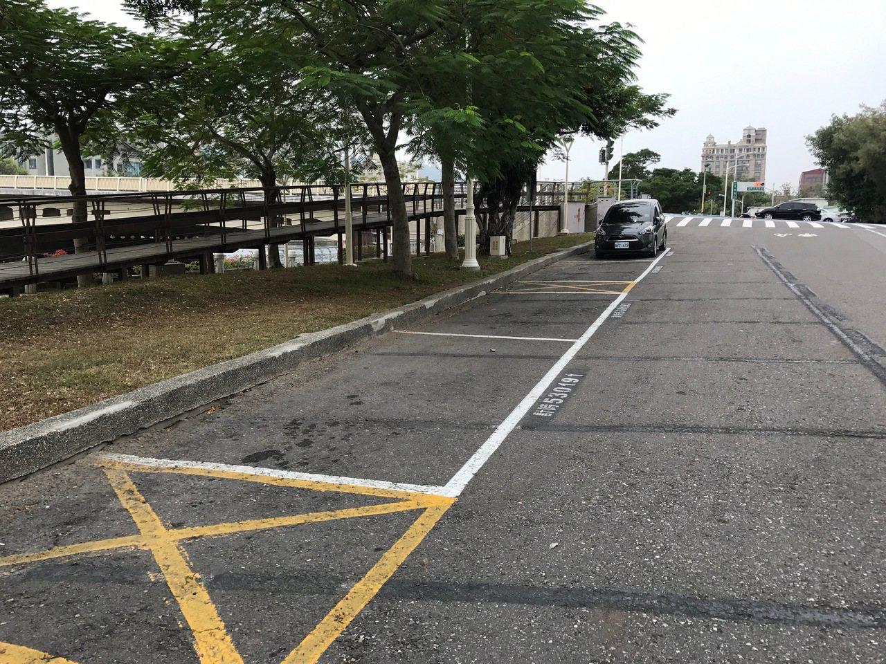高市前金區河東路兩側的停車格。記者劉星君/攝影