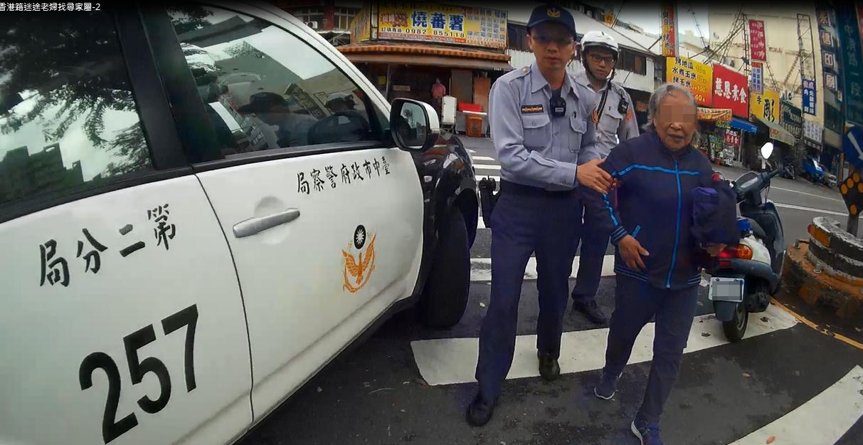 香港婦人坐在分隔島上,台中警察救脫困。記者游振昇/翻攝
