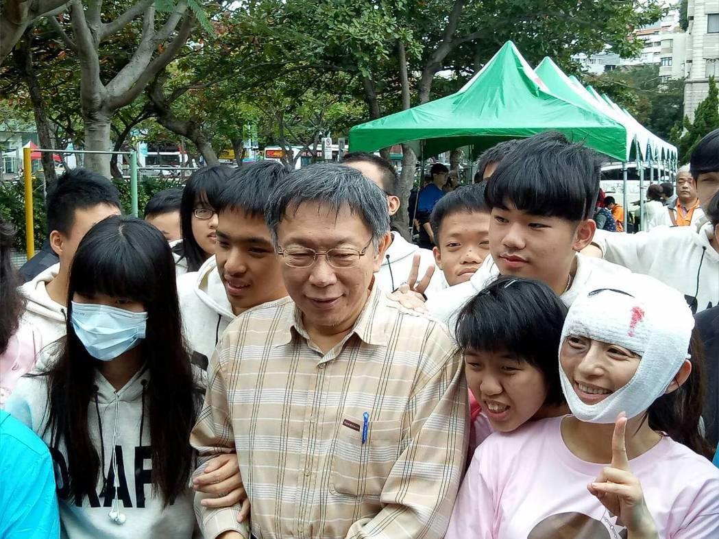 台北市長柯文哲今天參加啟明學校校慶,學生爭相與他合照。記者吳思萍/攝影