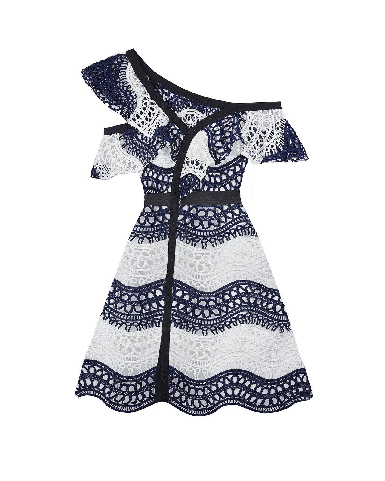 Self-Portrait蕾絲波浪網帶單肩設計短洋裝17,300元。圖/MINO...