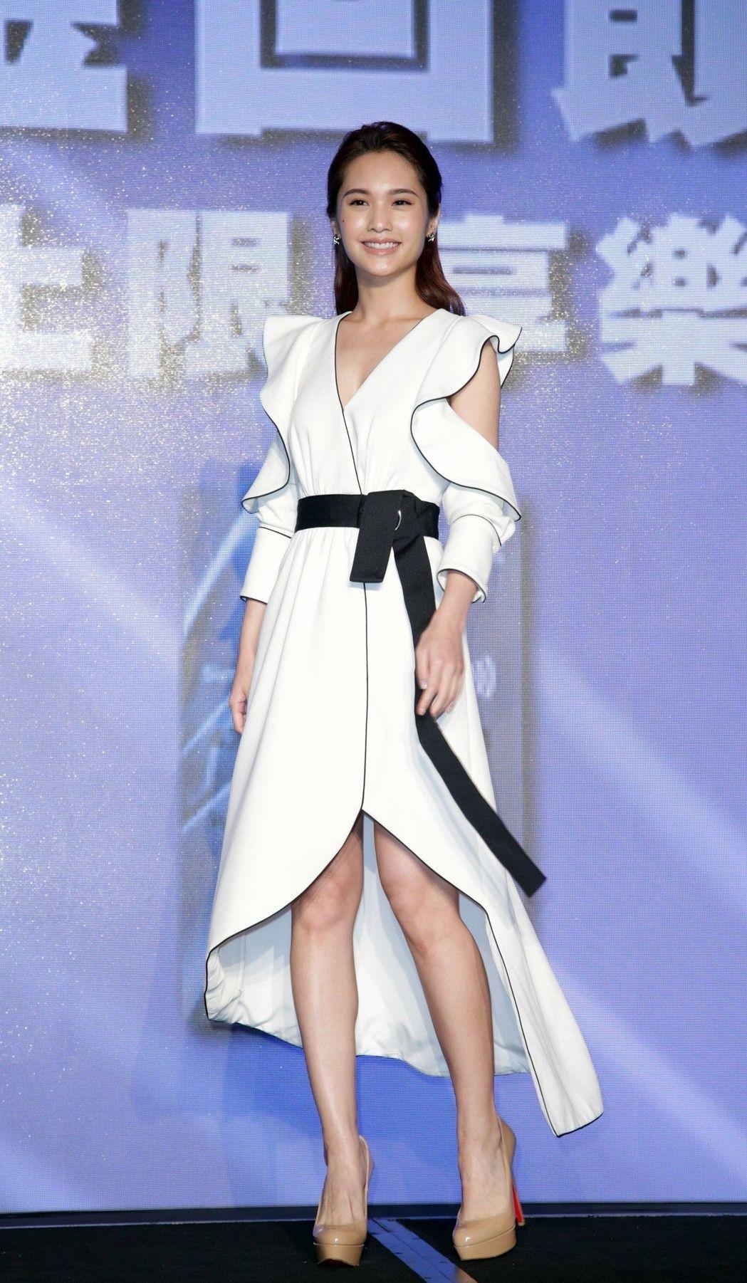楊丞琳身上的Self-Portrait 2017秋冬白色洋裝合襯到像是寫了她的名...
