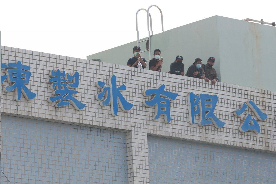 消防人員用雲梯車搶救受困移工。記者劉學聖/攝影