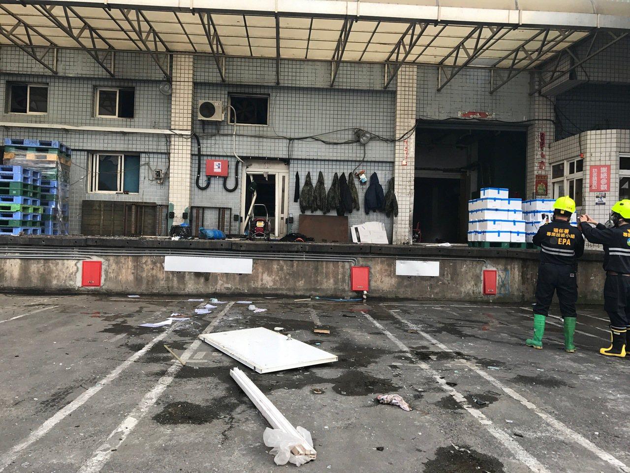 1樓的門都被爆炸震波震到室外。記者劉星君/攝影