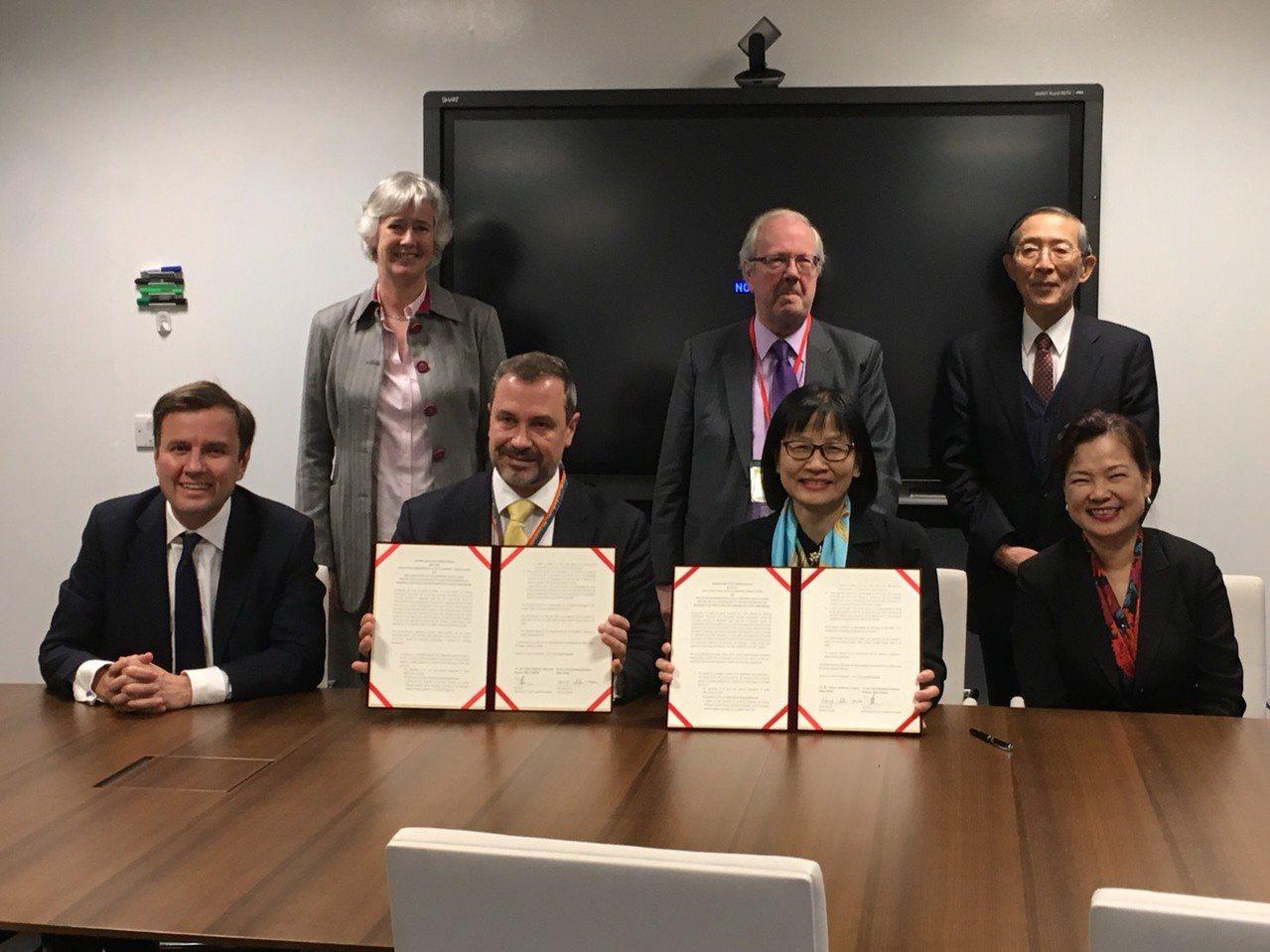 第20屆台英經貿對話會議,英國駐台代表唐凱琳(後排左)、我駐英國代表林永樂(後排...