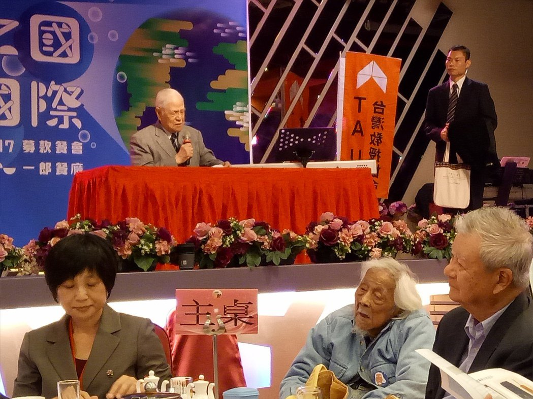 前總統李登輝今天應邀出席「台灣教授協會募款餐會」 致詞時,台灣教授協會會長林秀幸...