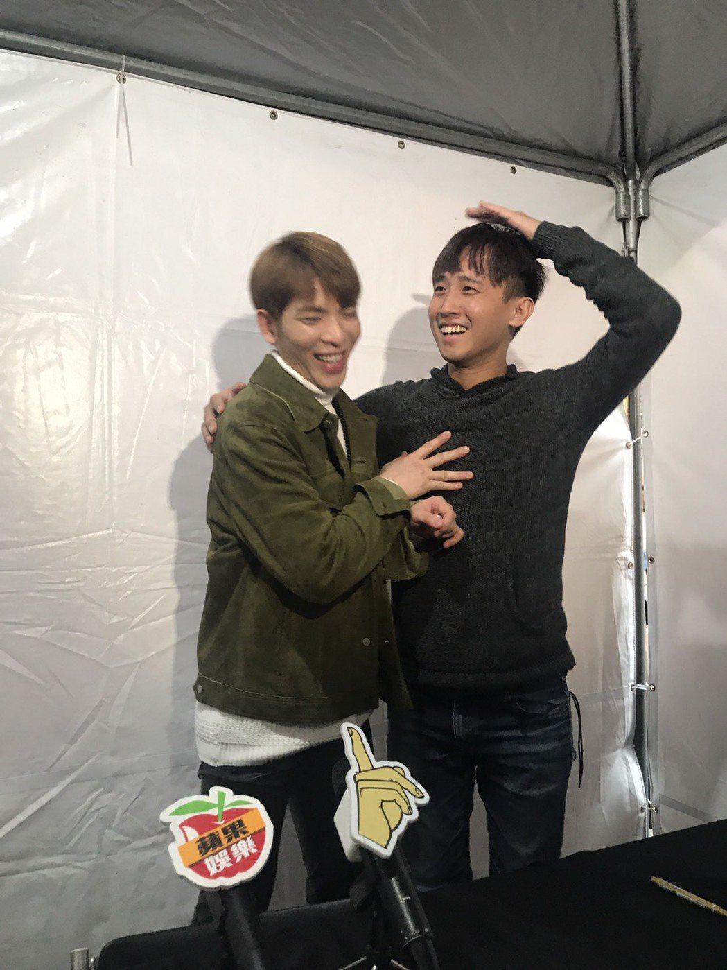 蕭敬騰和記者比身高,下一秒卻被對方抱起。記者梅衍儂/攝影