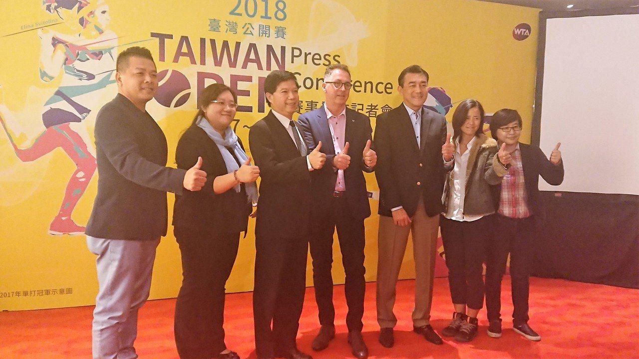 TAIWAN OPEN 台灣公開賽執行長楊蕙如(右)和嘉賓合影。記者 吳思儀/攝...