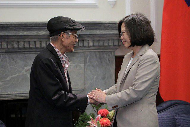 今年9月,蔡總統曾親頒戴振耀「三等景星勳章」。總統府資料照