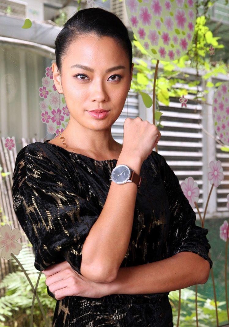 就算身著高雅小禮服,王麗雅仍想配戴運動手表,隨時觀察身心健康。圖/記者林俊良攝影