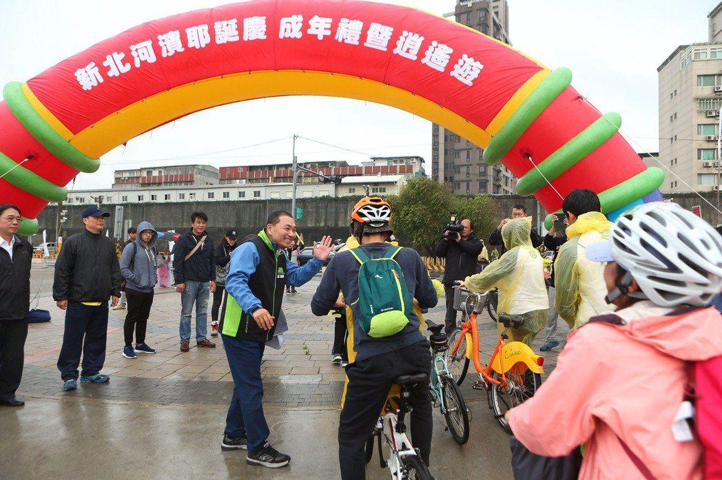 新北市副市長侯友宜(左五)與參與民眾熱情擊掌。圖/大漢整合行銷提供