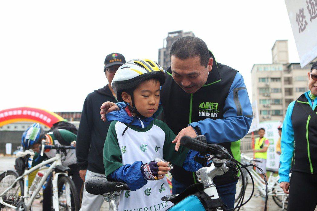 新北市副市長侯友宜(右)和參與活動的孩童互動。圖/大漢整合行銷提供
