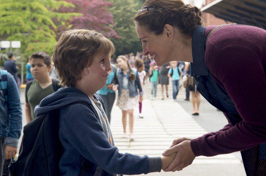 茱莉亞羅勃茲(右)與雅各特倫布雷(左)在「奇蹟男孩」扮演母子。圖/甲上提供