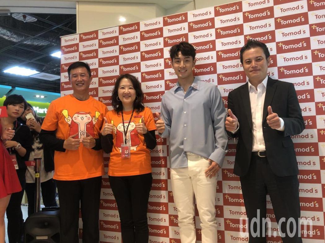 藝人管麟(右2)到新竹新竹巨城購物中心,擔任一家藥妝店的「一日店長」。記者郭宣彣...