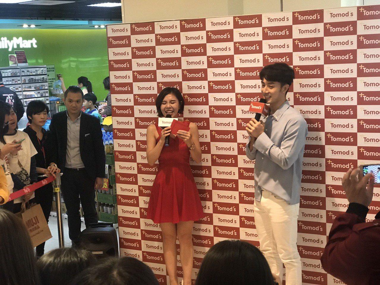 藝人管麟(右)到新竹新竹巨城購物中心,擔任一家藥妝店的「一日店長」。記者郭宣彣/...