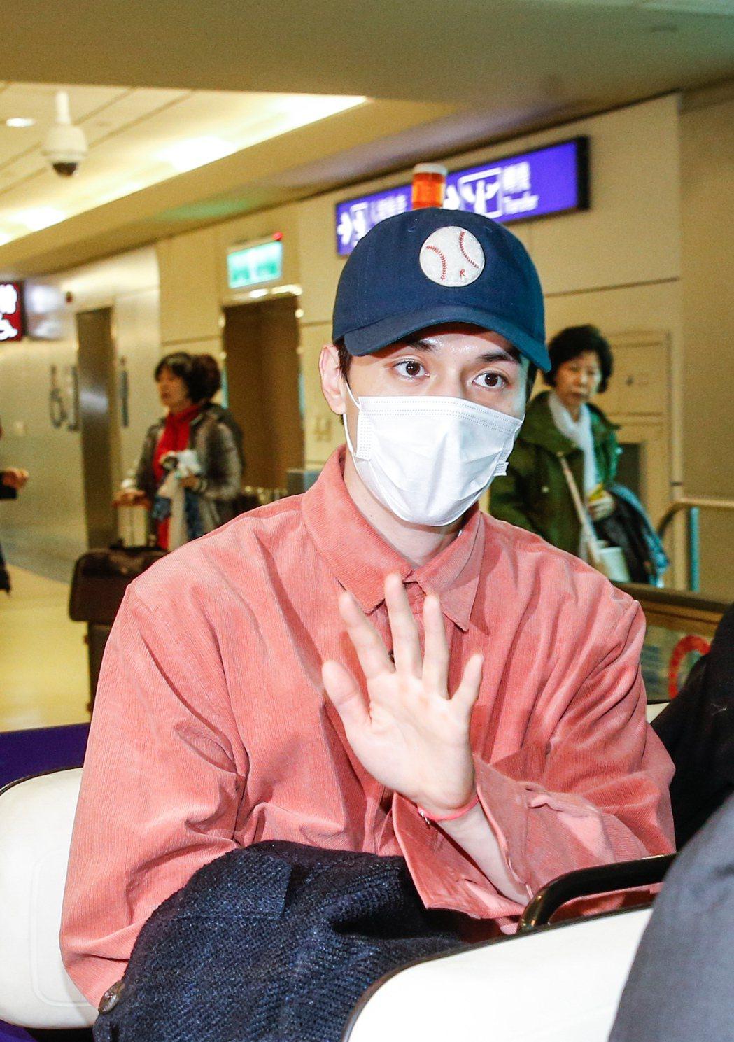 韓星李棟旭中午搭乘OZ-711班機抵達桃園機場,他上車後不忘透過媒體問台灣粉絲問...