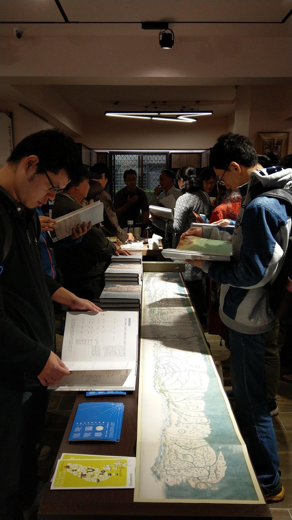 南天書局現場展示新書及復刻版〈十八世紀末御製臺灣原漢界址圖〉。圖/台史博提供