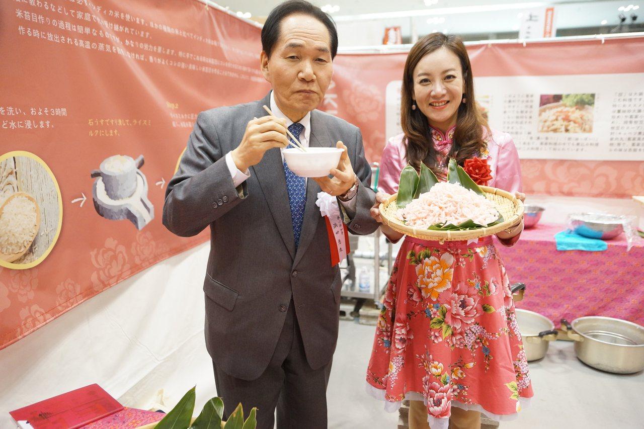 香川縣濱田知事(左)在蔣絜安陪同下到桃園攤位品嘗米篩目。圖/桃園市客家事務局提供