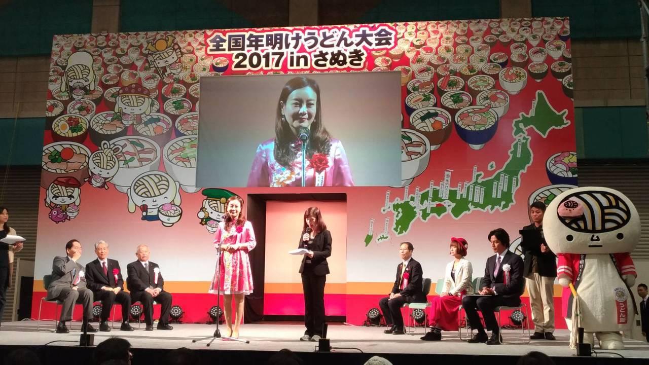 蔣絜安在日本贊岐烏龍麵全國大展上行銷客家文化和美食。圖/桃園市客家事務局提供