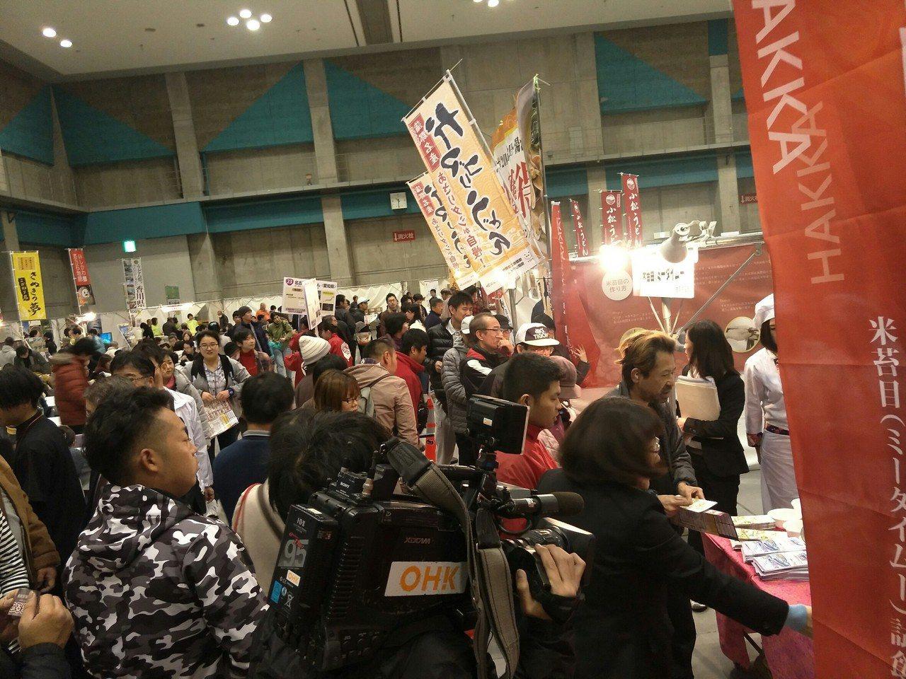 桃園客家米篩目攤位在日本年度烏龍麵大展會場上,吸引民眾大排長龍。圖/桃園市客家事...