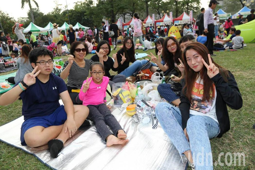 大家席地而坐,享受野餐的樂趣。記者徐如宜/攝影