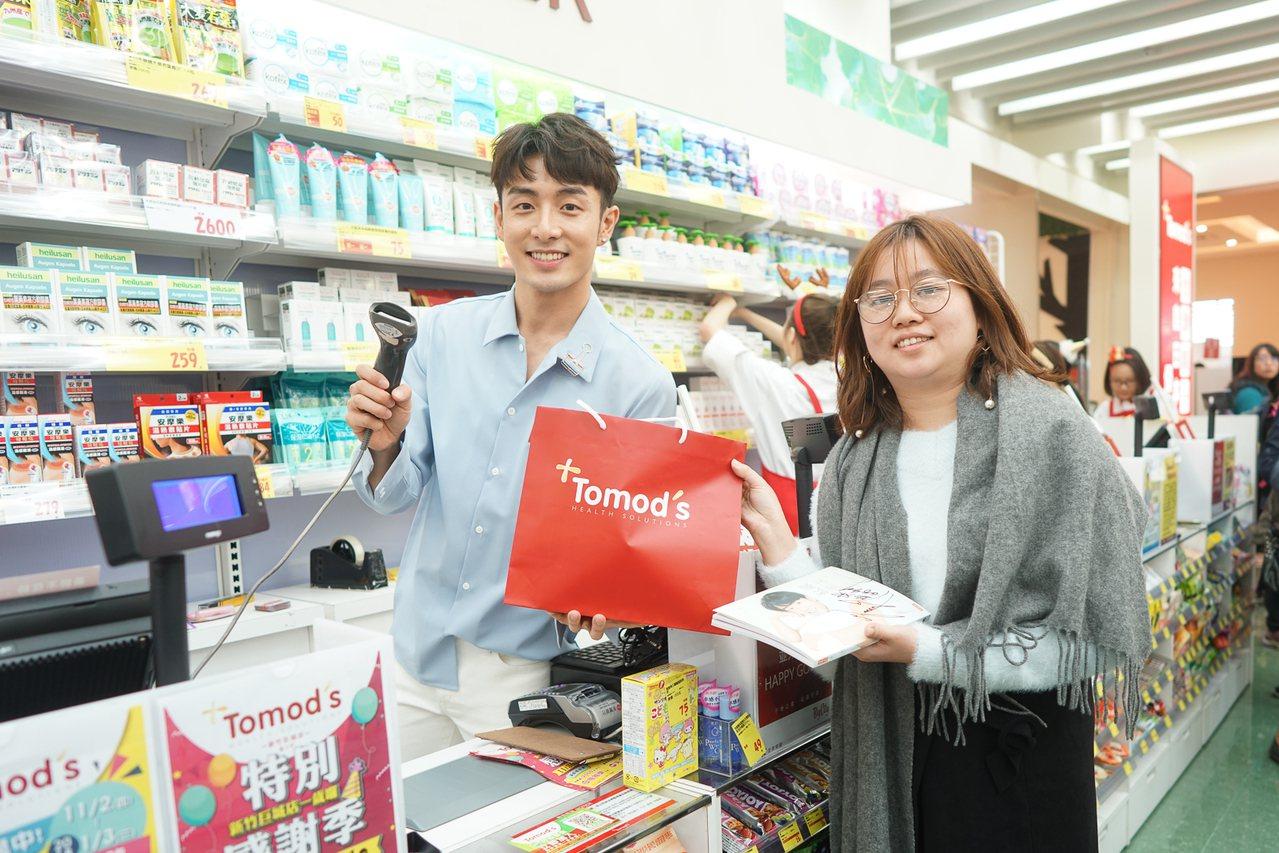 Tomods 新竹巨城店一日店長管麟為尋寶遊戲幸運優勝者結帳。 圖/業者提供