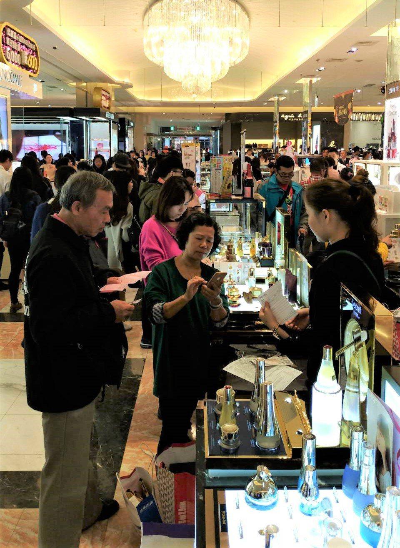 百貨周年慶化妝品業績開紅盤。 圖/業者提供