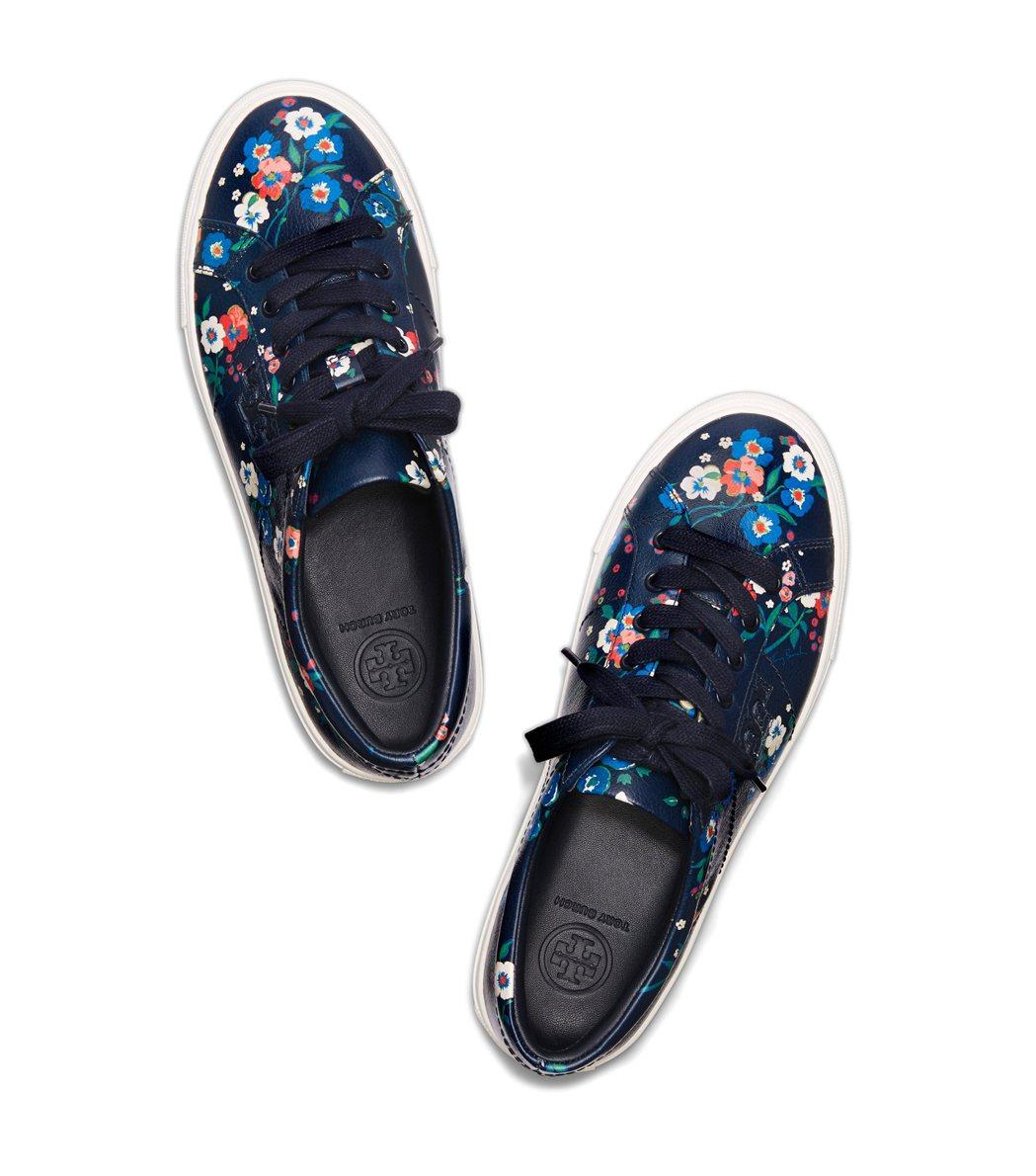 Tory Burch秋冬以三色堇為印花主題打造多款平底鞋和綁帶休閒鞋款。10,9...