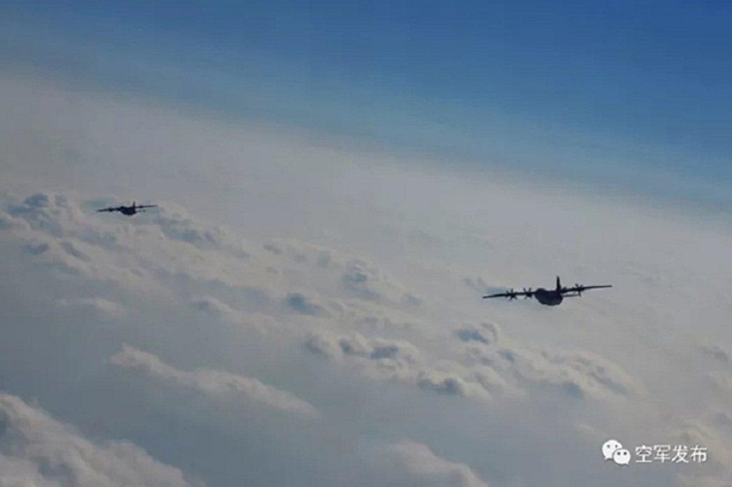 運9飛機穿過海上雲層開始返航。解放軍微信公眾號「空軍發布」