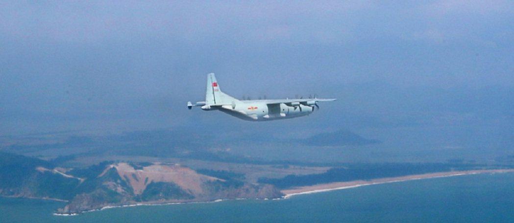 運9飛機平穩爬升,飛向南海。解放軍微信公眾號「空軍發布」。