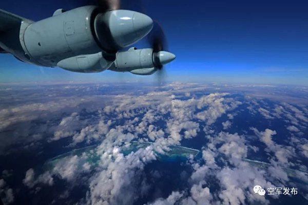 運9飛機沿著預定航線,飛越南海上一座座島礁。解放軍微信公眾號「空軍發布」