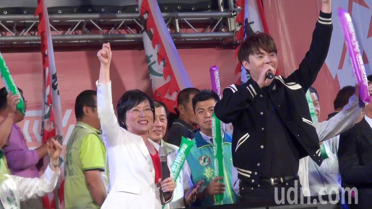 劉世芳(左)與旗山出身的歌手許富凱合唱「世界第一等」,把造勢大會氣氛炒熱到最高點...