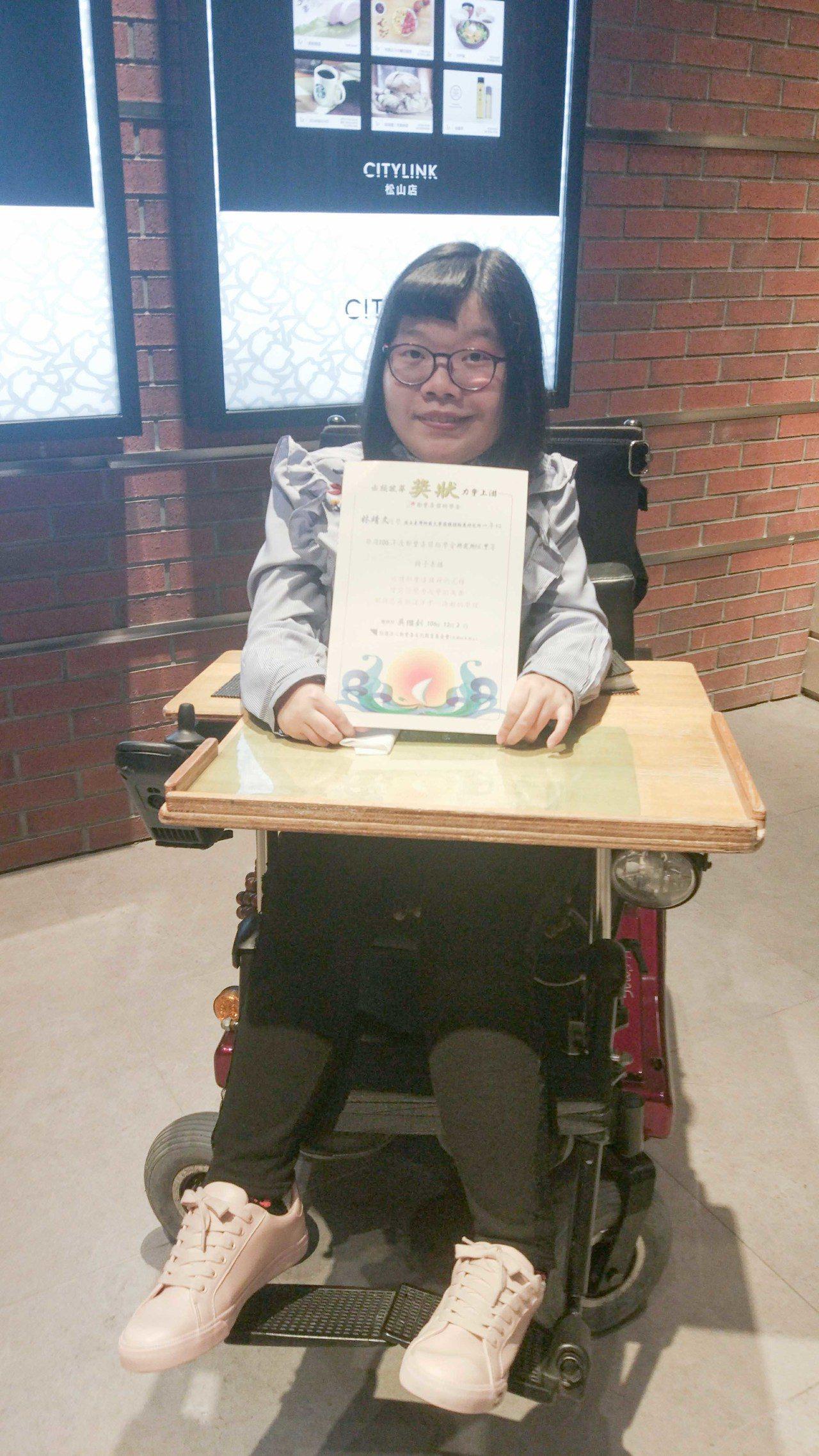 罹患脊隨性肌肉萎縮的林靖文出生到現在都與輪椅為伴,今天她獲頒鄭豐喜獎學金研究所甲...