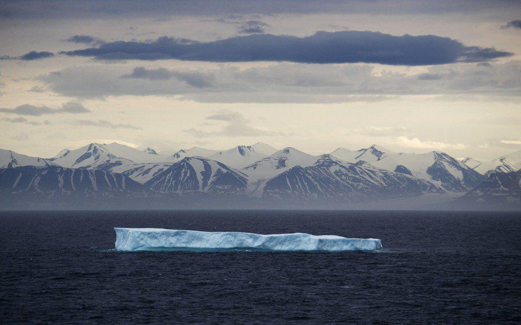 巨大冰塊漂過加拿大北極群島。美聯社