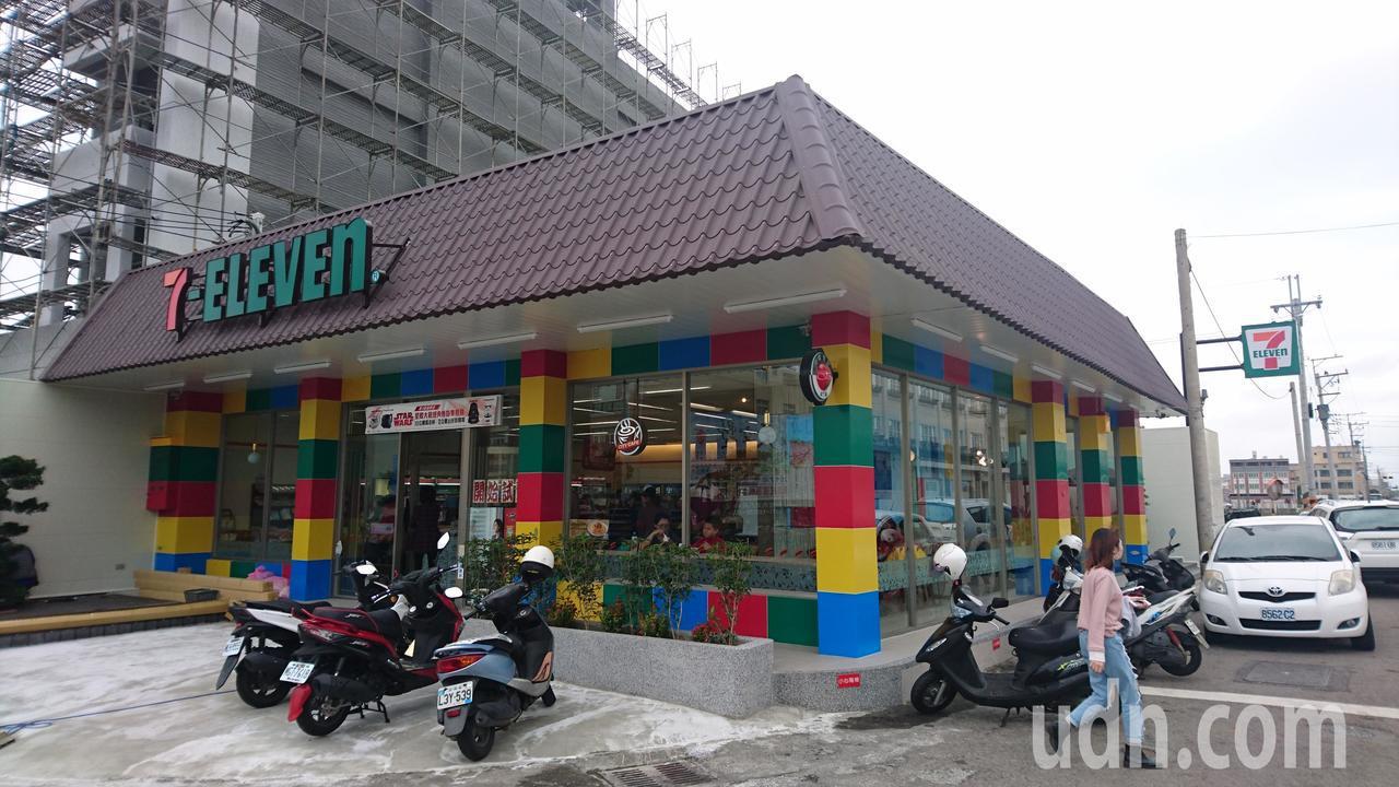清水一家7-11重新裝潢,成為全國首家以樂高積木為主題的店面。記者黑中亮/攝影