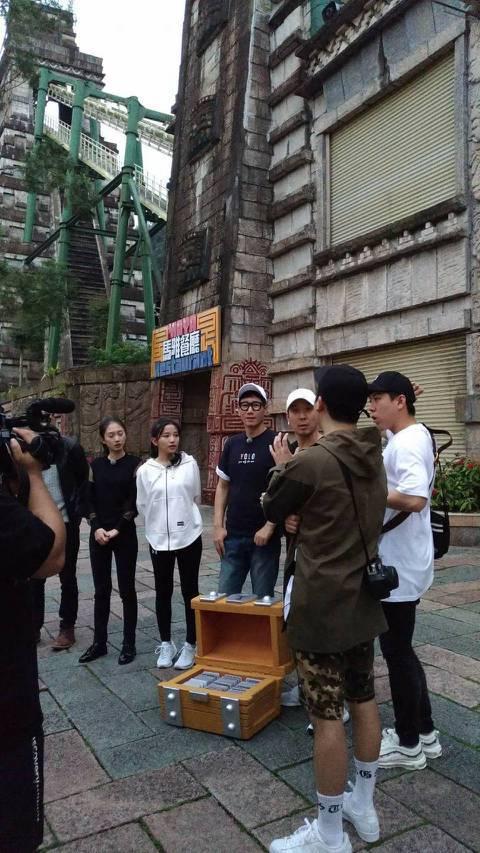 韓國超夯綜藝節目「Running Man」又來台灣出任務!日前有粉絲直擊主持班底中的HAHA和池錫辰、梁世燦在金浦機場待命,果然2日他們被直擊出現在南投日月潭,據悉目的是為了前往九族文化村錄影。他們...