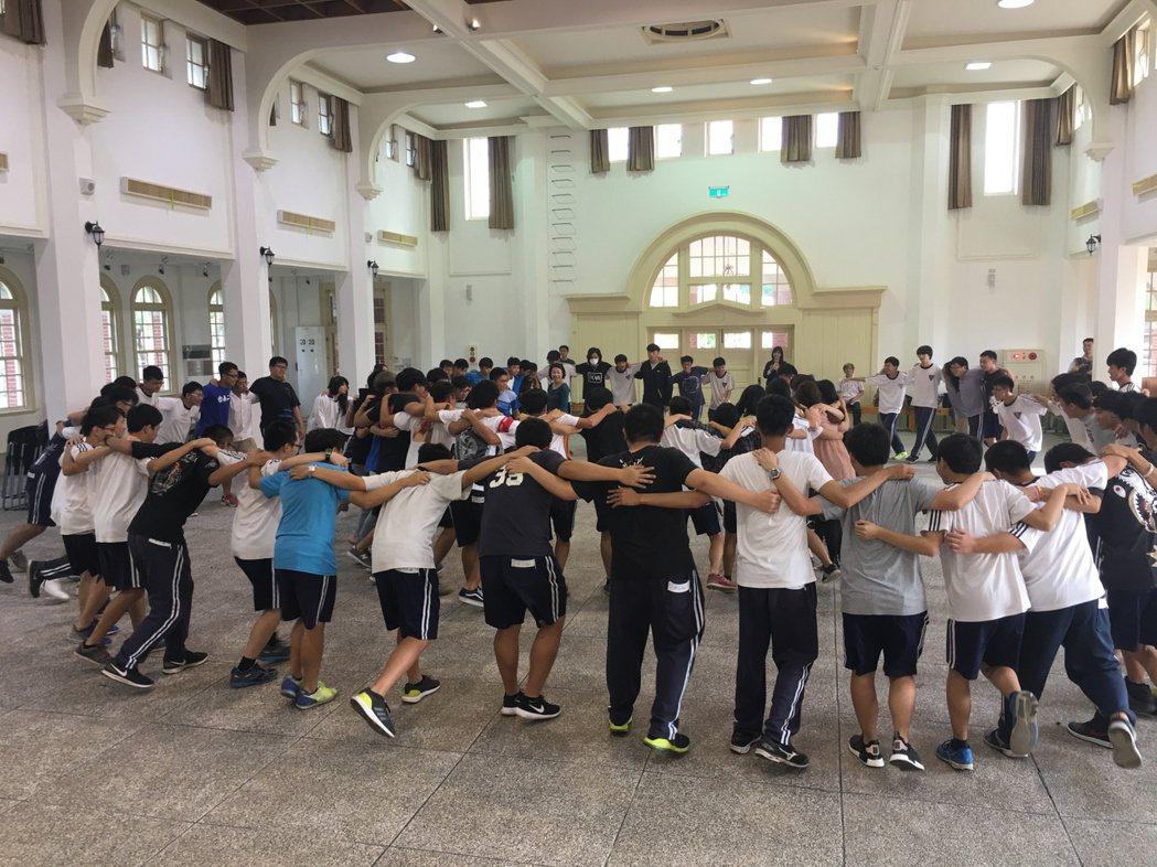 台南二中開伊斯蘭課程,學生學習中東舞蹈。圖/台南二中提供