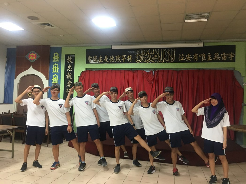 台南二中開伊斯蘭課程,學生戴穆斯林頭巾與帽子。圖/台南二中提供