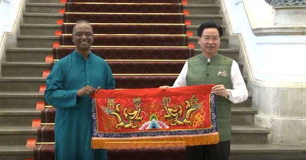 總統府今天開放參觀,並安排印度歌舞表演。總統府秘書長吳釗燮(右)送給印度台北協會...