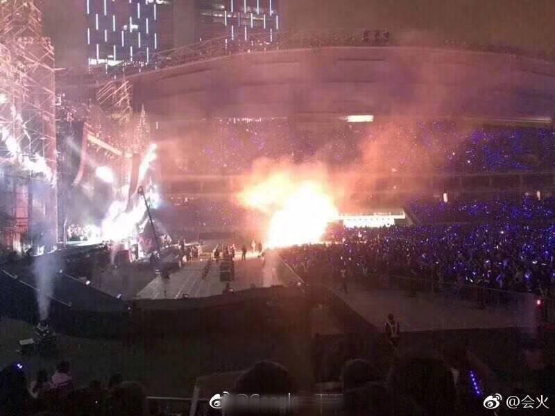 五月天2日在上海開唱,現場冒出火光。圖/摘自微博