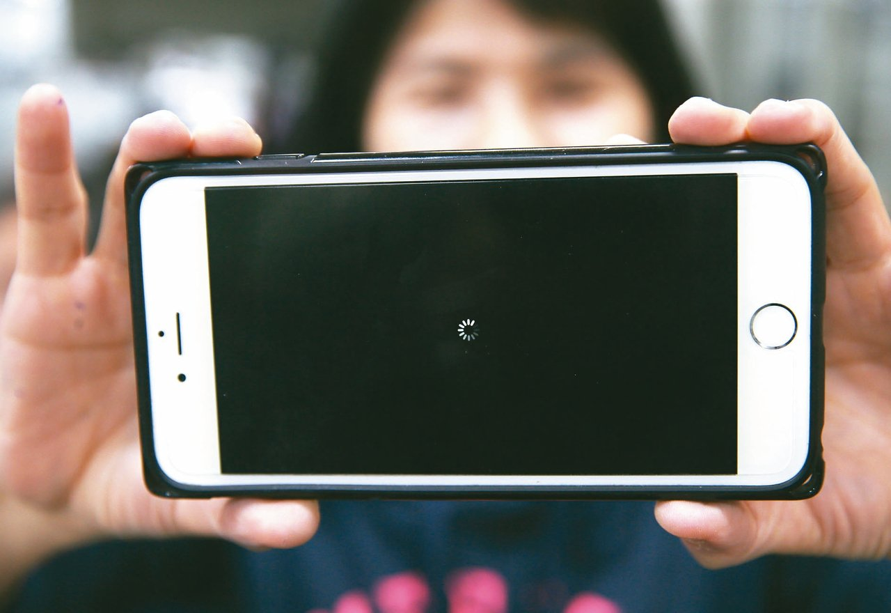 蘋果傳出重大災情,不少更新至iOS 11.1.2的用戶,手機出現黑屏轉圈的畫面。...