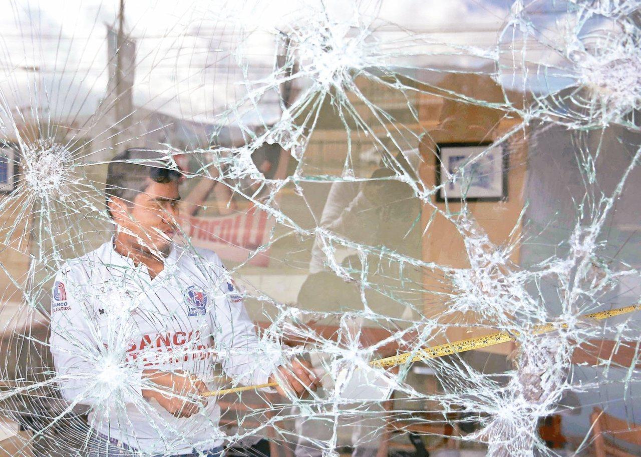宏都拉斯首都德古西加巴的商店櫥窗遭砸毀。 (歐新社)