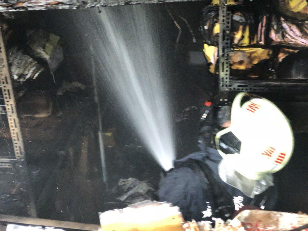 天主教聖馬爾定醫院民權院區檔案室冒煙起火,消防人員灌救。圖/讀者提供