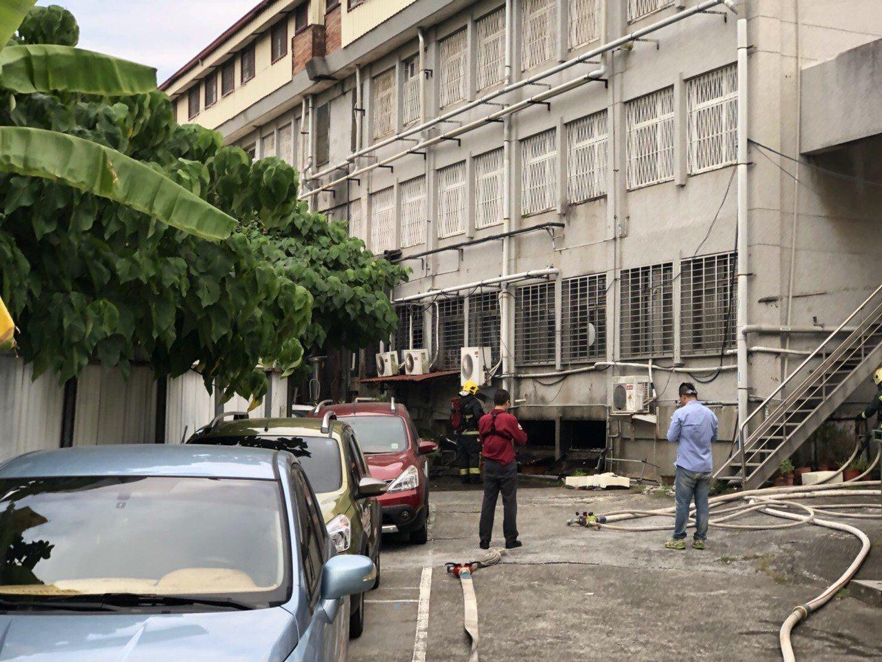天主教聖馬爾定醫院民權院區檔案室冒煙起火,疏散3人。圖/讀者提供